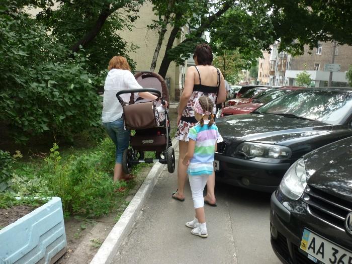 описывал Автомобиль припаркован на тротуаре казалось
