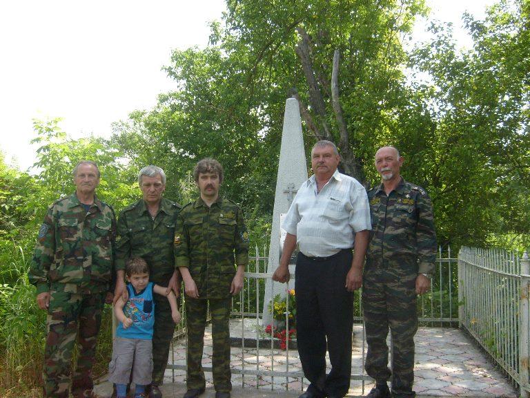 казаки пришибци у памятника. в центре Э. В. Бурда. июнь 2010 г.