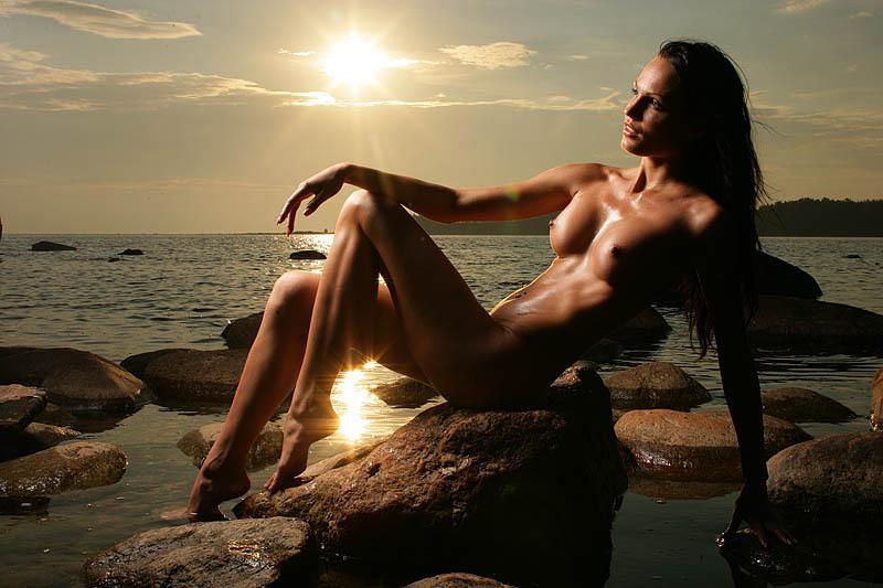 Обнаженная девушка вечером на пляже, пора воспользоваться кремом после загара