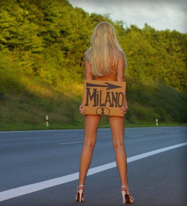Голая девушка голосует автостопом