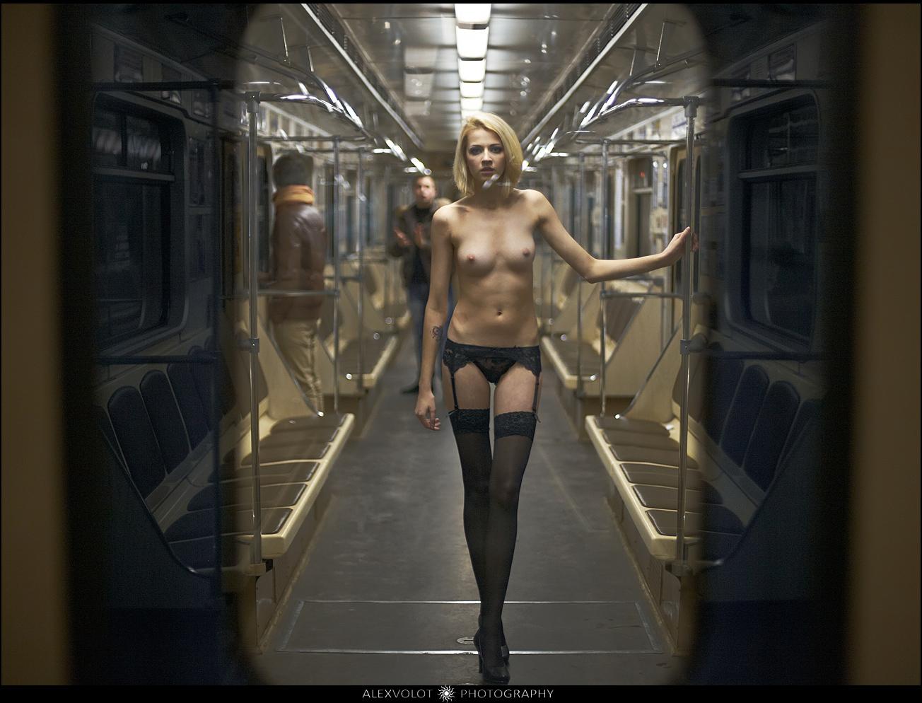 Фото голых женщин в метро 20 фотография