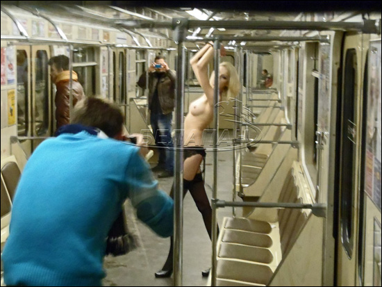 Голая девушка в метро