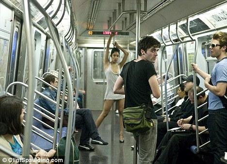 Zach Hyman и Jocelyn Saldana в нью-йоркском метро
