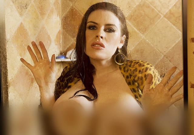 Женская грудь за стеклом