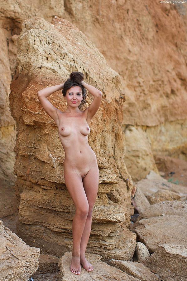 Две милые нудисточки на диком пляже 17