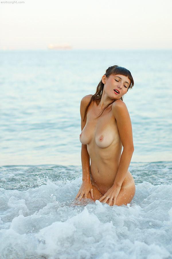 Две милые нудисточки на диком пляже 18