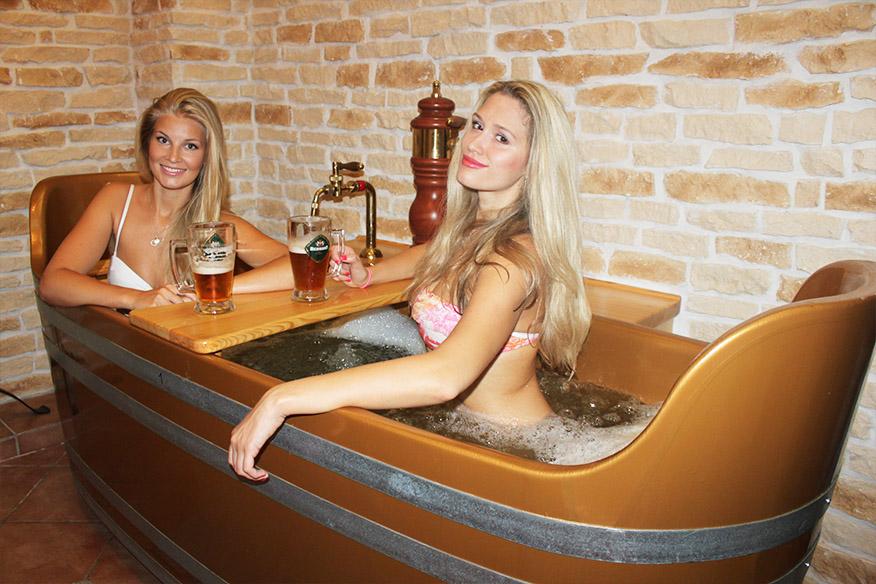 Грудастая девушка принимает ванну после вечеринки  258482