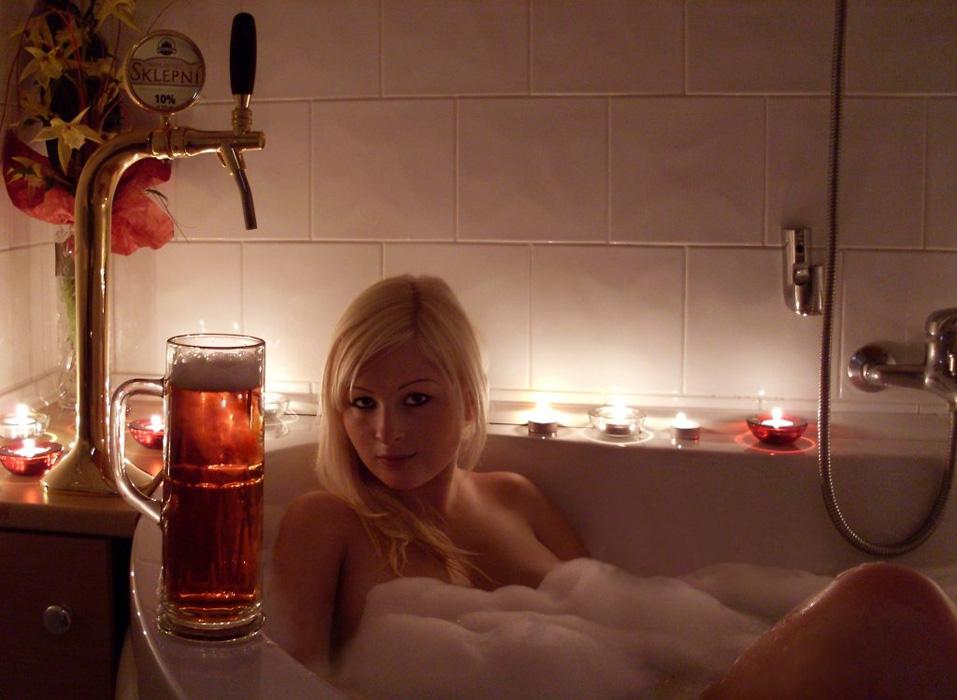 Выпившая девушка показывает себя обнаженной и сладкой  110897