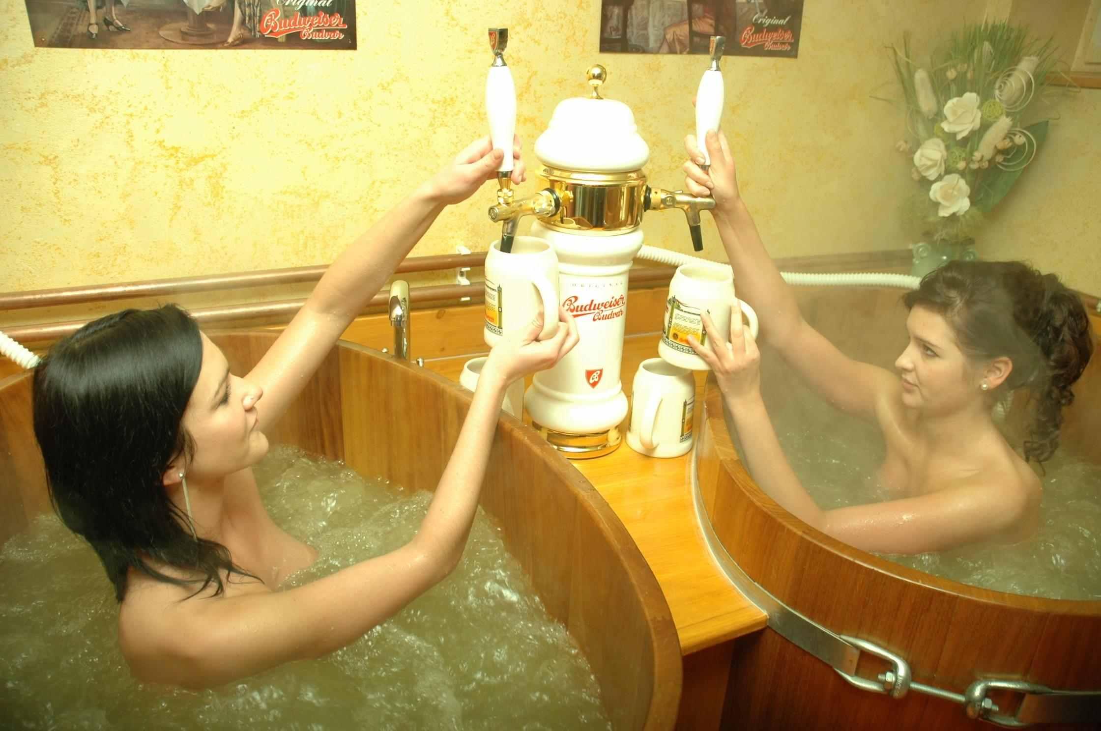 Грудастая девушка принимает ванну после вечеринки  258466