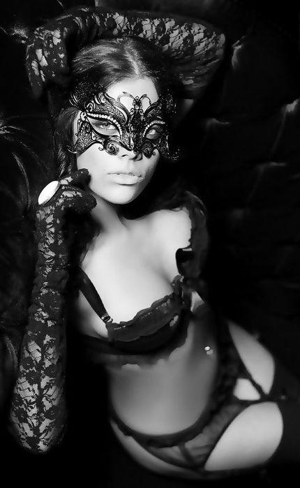 Эротика фотосессии девушек в маске писают