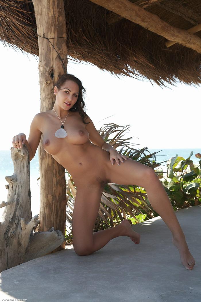 голые брюнетки на острове любви