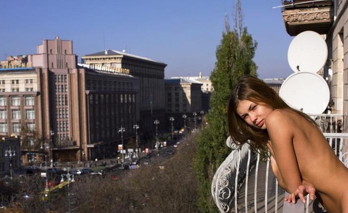 zagorala-balkone-golaya