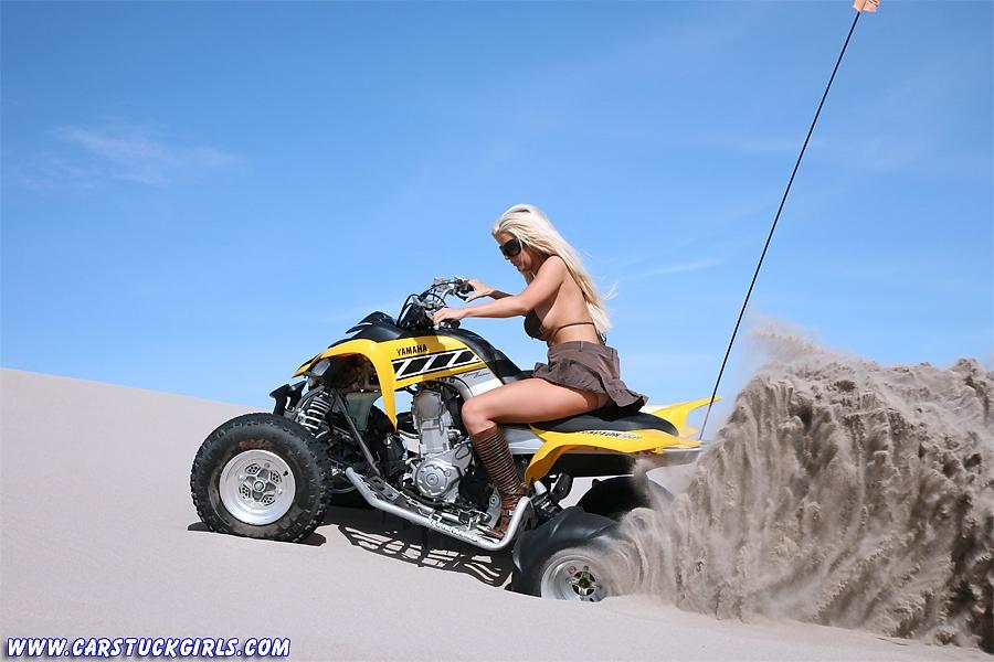 Блондинка и квадроцикл 06