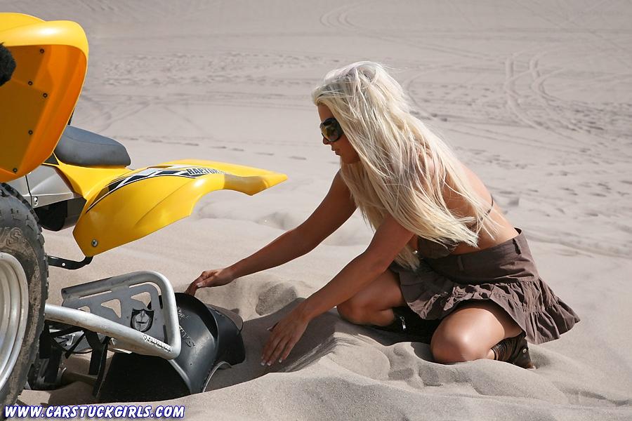 Блондинка и квадроцикл 14
