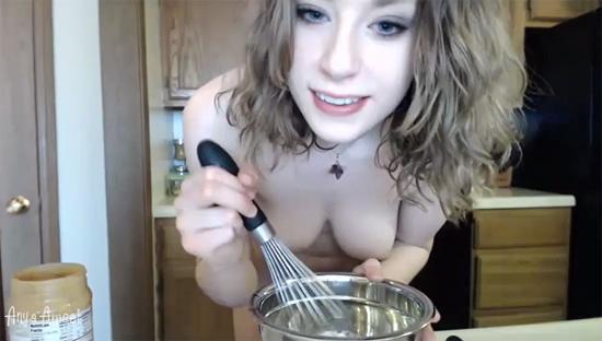 Anya Amsel готовит в обнажённом виде
