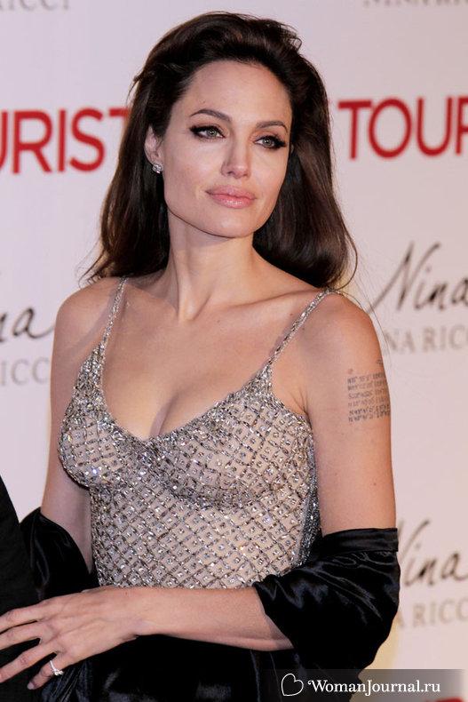 Декольте Анджелины Джоли (Angelina Jolie)