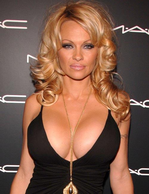 Декольте Памелы Андерсон (Pamela Anderson)