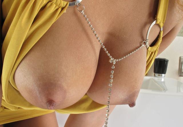 СНТ фото красивых женских грудей крупным планом пухом