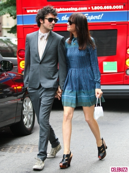 Kristen-Wiig-and-Boyfriend-Fabrizio-Moretti-Attend-Ellie-Kempers-Wedding-435x580