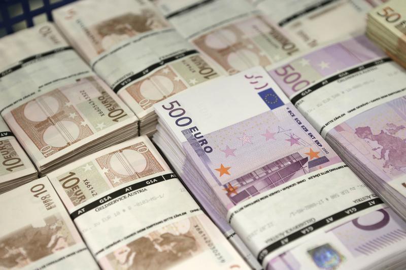 Российские банки боятся принимать валюту у населения