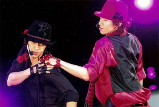 I LIKE THE SHOULDER TOUCHING. Also, shake that ass. I MEAN. Naisu hats~