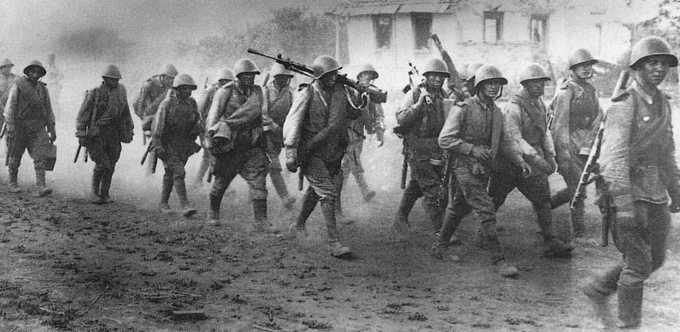Пехота 5-й гвардейской армии проходит через село под Прохоровкой. СССР, Курская битва, лето 1943 года