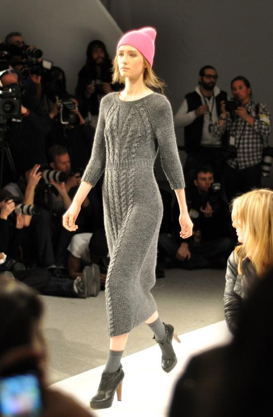 длинное серое платье