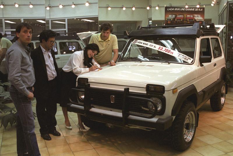 1986 Советский автомобиль Нива в одном из парижских салонов. Юрий Абрамочкин, РИА Новости.jpg