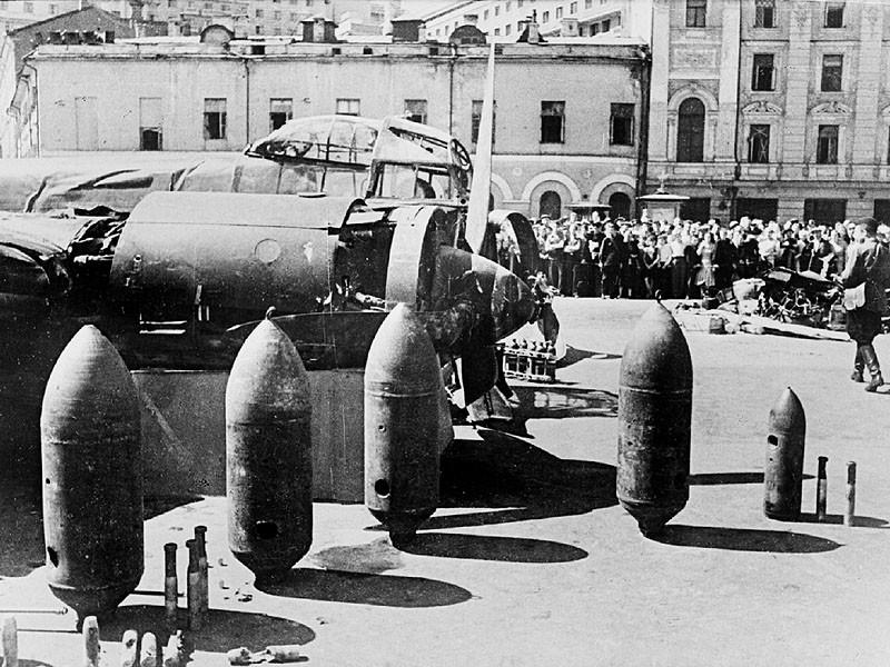 1731 Сбитый фашистский бомбардировщик Ju 88. Площадь Свердлова.jpg