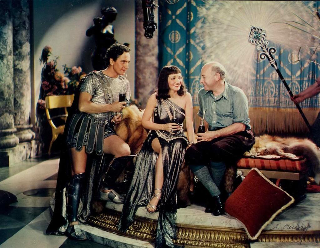 1935 Nickolas Muray Anthony e Cleopatra, Fredric March, Claudette Colbert, Cecil B. De Mille, Pubblicita della Coca Cola.jpg