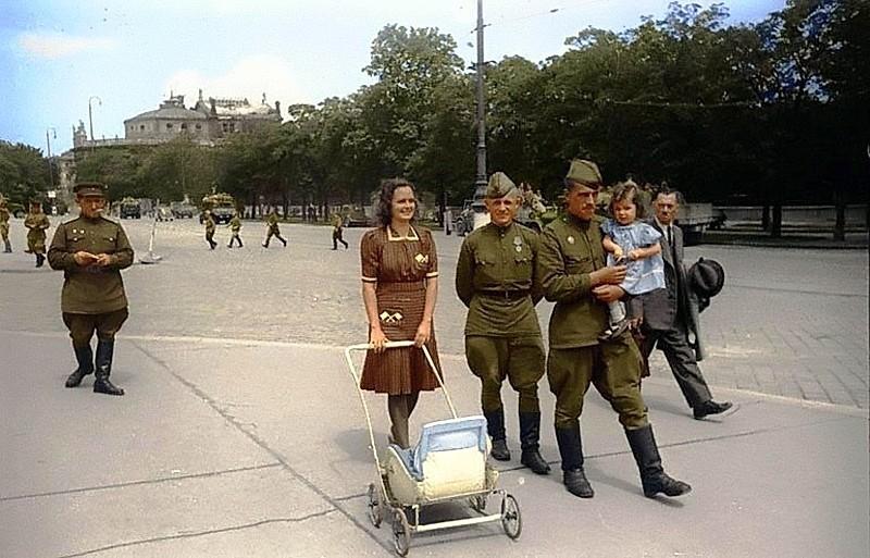 Вид одной из улиц Вены после её освобождения. Фото 1945 года.jpg