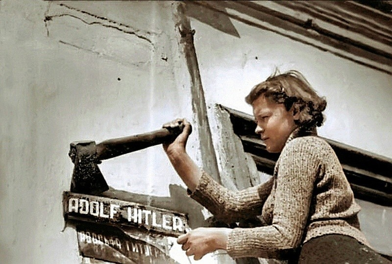 Город Николаев в день освобождения. Жители снимают таблички с названием улицы Адольфа Гитлера. Фото март 1944 года..jpg