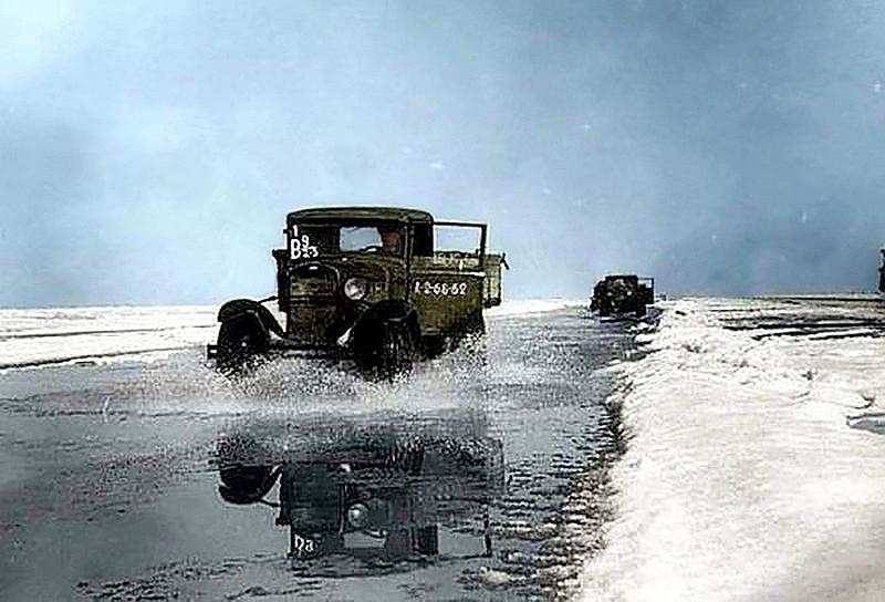 Дорога жизни блокадного Ленинграда через Ладожское озеро. За весь период действия Дороги жизни, в Ленинград было перевезено свыше 1 млн 615 тыс. тонн.jpg