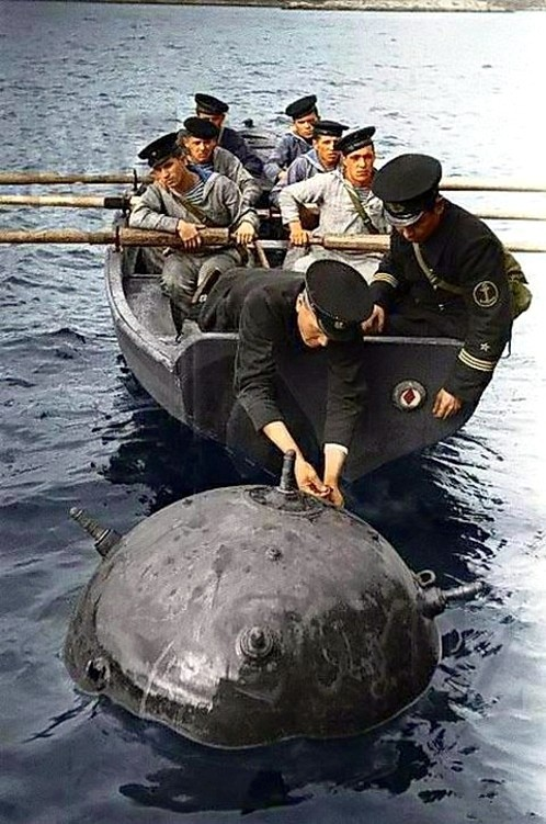 Минёры Северного флота обезвреживают вражескую мину. Фото 1942 года..jpg