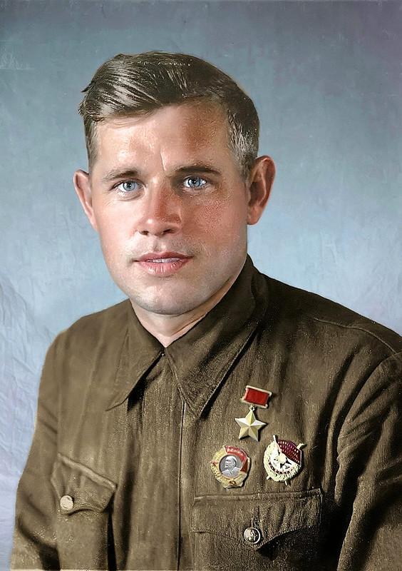 Анатолий Васильевич Самочкин (1 мая 1914, Рыбинск — 15 мая 1977, Горький) — Герой Советского Союза, лётчик-штурмовик, лейтенант. Фото 1942 года.jpg