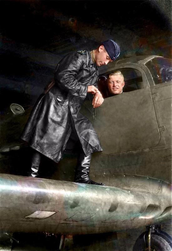 Капитан Александр Пронин и майор Сергей Бухтеев (в кабине) перед вылетом. Левашово, Ленинградская область. Фото 1943 года.jpg