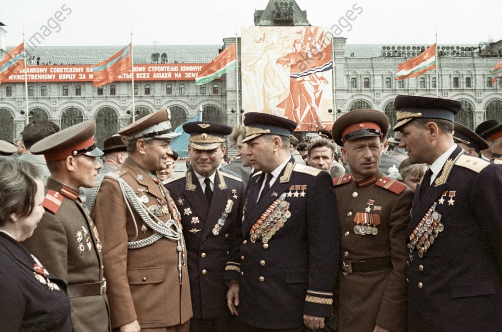 Pilot Alexander Pokryshkin, Hero of the Soviet Union (center), talking with participants in the parade held on May 9, 1965, to mark Victory Day.jpg