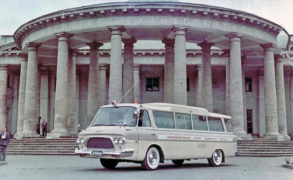 1965 Zil 118A Junost Ambulance.jpg