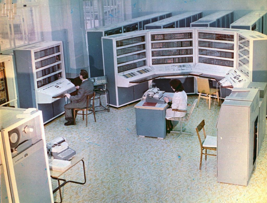 БЭСМ-4 полностью унаследовала архитектуру М-20 и имела ОЗУ – 4156 разрядных слова. Машина серийно производилась с 1965 года, всего было выпущено 30 экземпляров..jpg