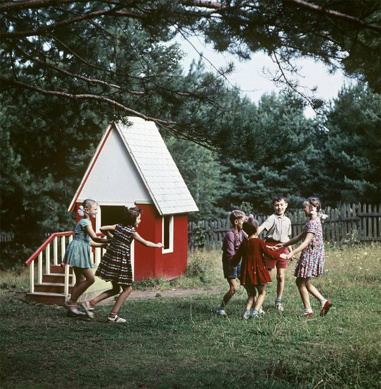 У московского детского сада N367 была собственная летняя дача под Звенигородом (1965) РИА Новости. Тиханов.jpg