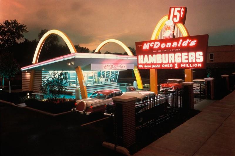 1955 15 апреля Рэй Крок открыл свой собственный ресторан в Дес-Плейнс, Иллинойс Основана компания Макдоналдс.jpg