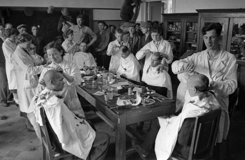 03 Москва, июнь 1941 г. Первые дни войны, мобилизация. В парикмахерской Киевского мобилизационного пункта.jpg