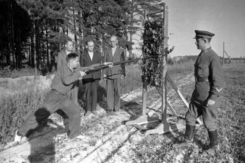 06 Ополченцы в лагерях. Лейтенант Л.Фридман учит бойцов штыковому бою. Подмосковье, июль 1941 г.jpg
