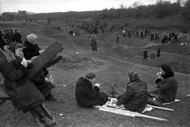 13 Москвичи на строительстве оборонительных сооружений. Октябрь 1941 г.jpg