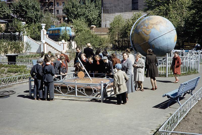 1959 Школьники в Москве. Harrison Forman.jpg