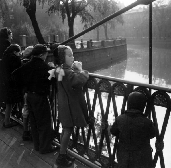 Из серии Набережные Петербурга. На прогулке, 1957.jpg