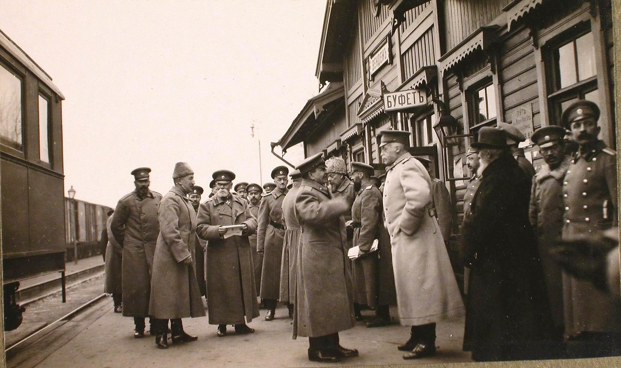 02. Командующий армией генерал от инфантерии Горбатовский (третий слева) в группе офицеров на перроне станции