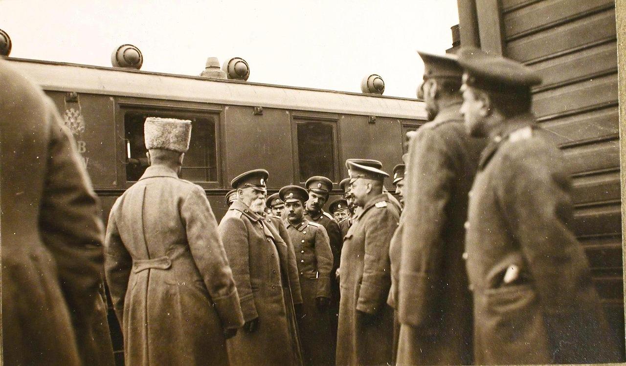 04. Командующий XII армией генерал от инфантерии В. Н. Горбатовский (в центре) в группе офицеров на перроне станции