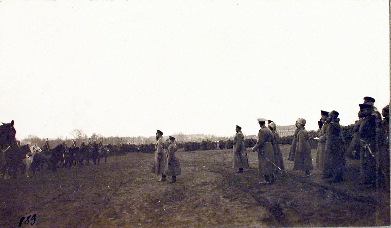 13. Император Николай II (в центре) благодарит за службу воинские части проходящие перед ним во время смотра. Рига. 29 октября 1915