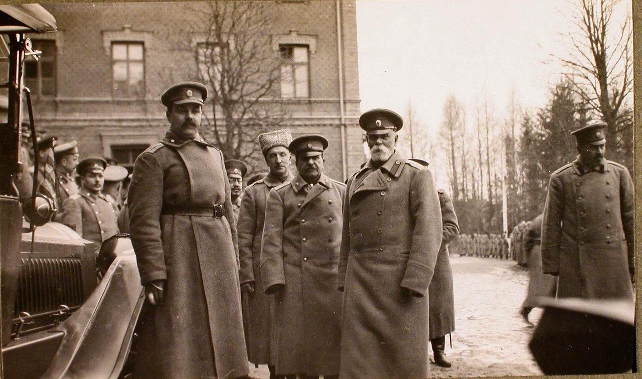 18. Командующий XII армией генерал от инфантерии В. Н. Горбатовский (второй справа) среди офицеров,провожающих императора Николая II на станцию. Венден